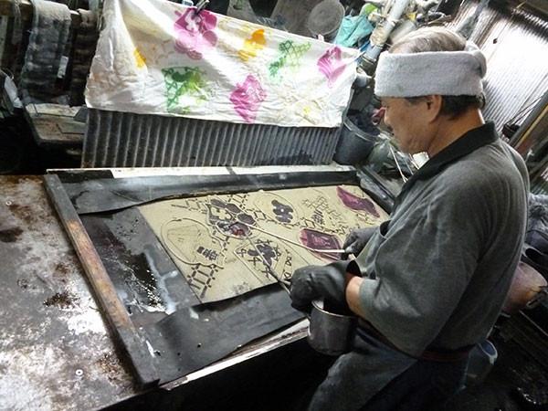 三勝・一流の職人さん-色の濃さが違う2種類の染料を両手で巧みに注ぎ込む高度なぼかし技法