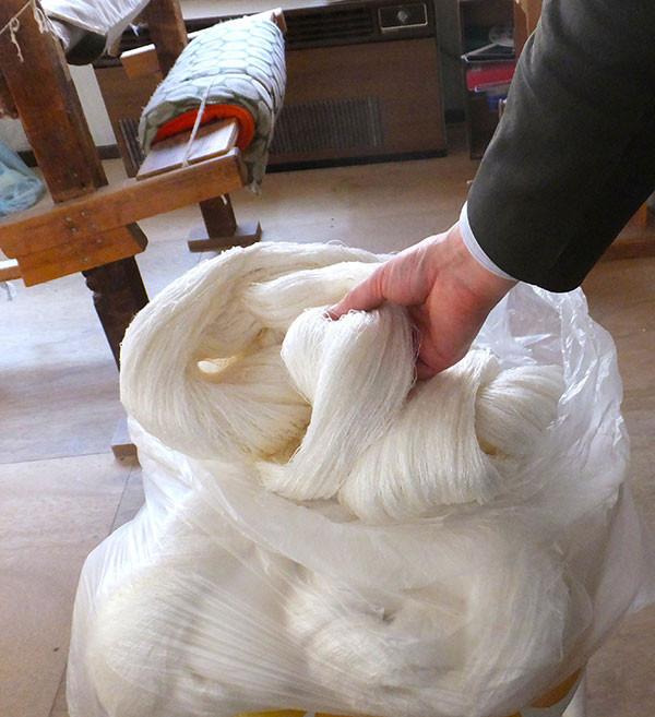 加賀・玉繭をのべ引きしてできた玉糸-精錬前なのでゴワゴワした風合い