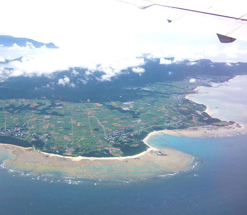 奄美・鹿児島空港-奄美空港-奄美の海は山の緑が映り込んで美しいグリーン