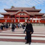 沖縄染織りツアー首里城の前で